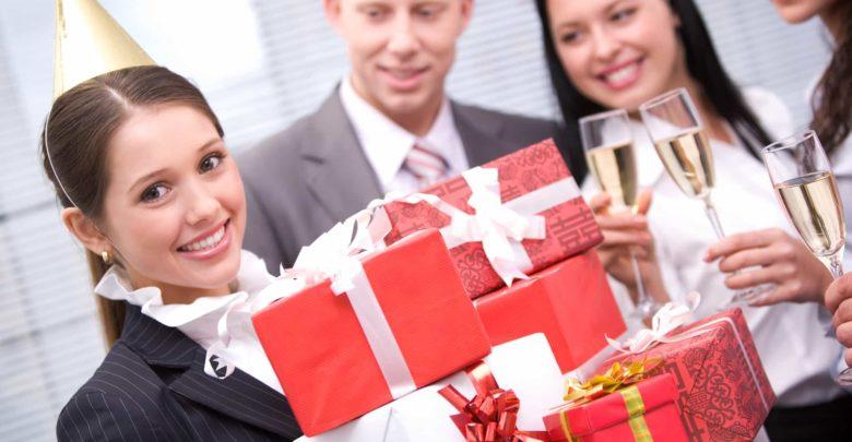 Что подарить женщине коллеге