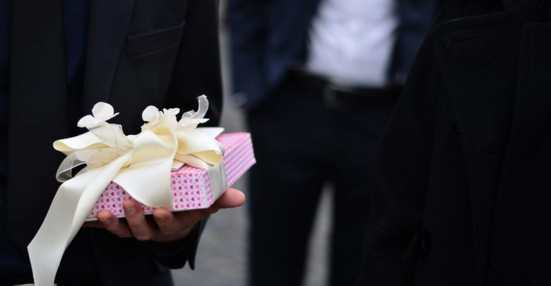 Что подарить женщине на день рождения