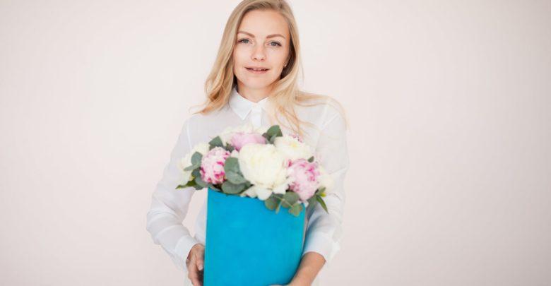 Как оригинально подарить цветы девушке