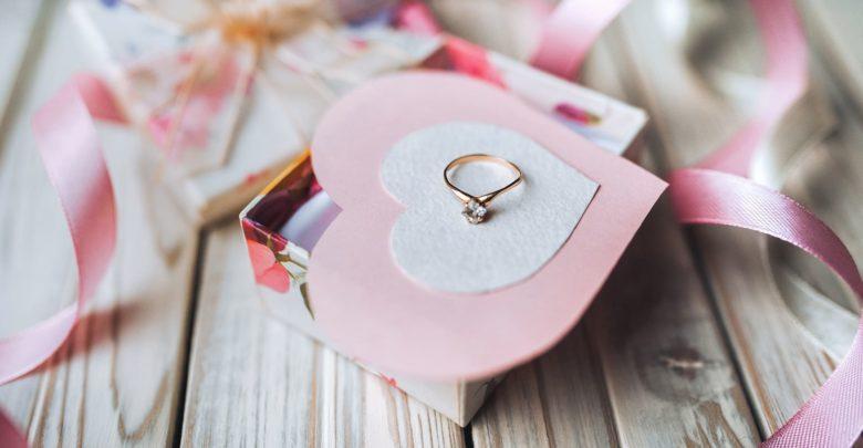Можно ли дарить кольцо девушке