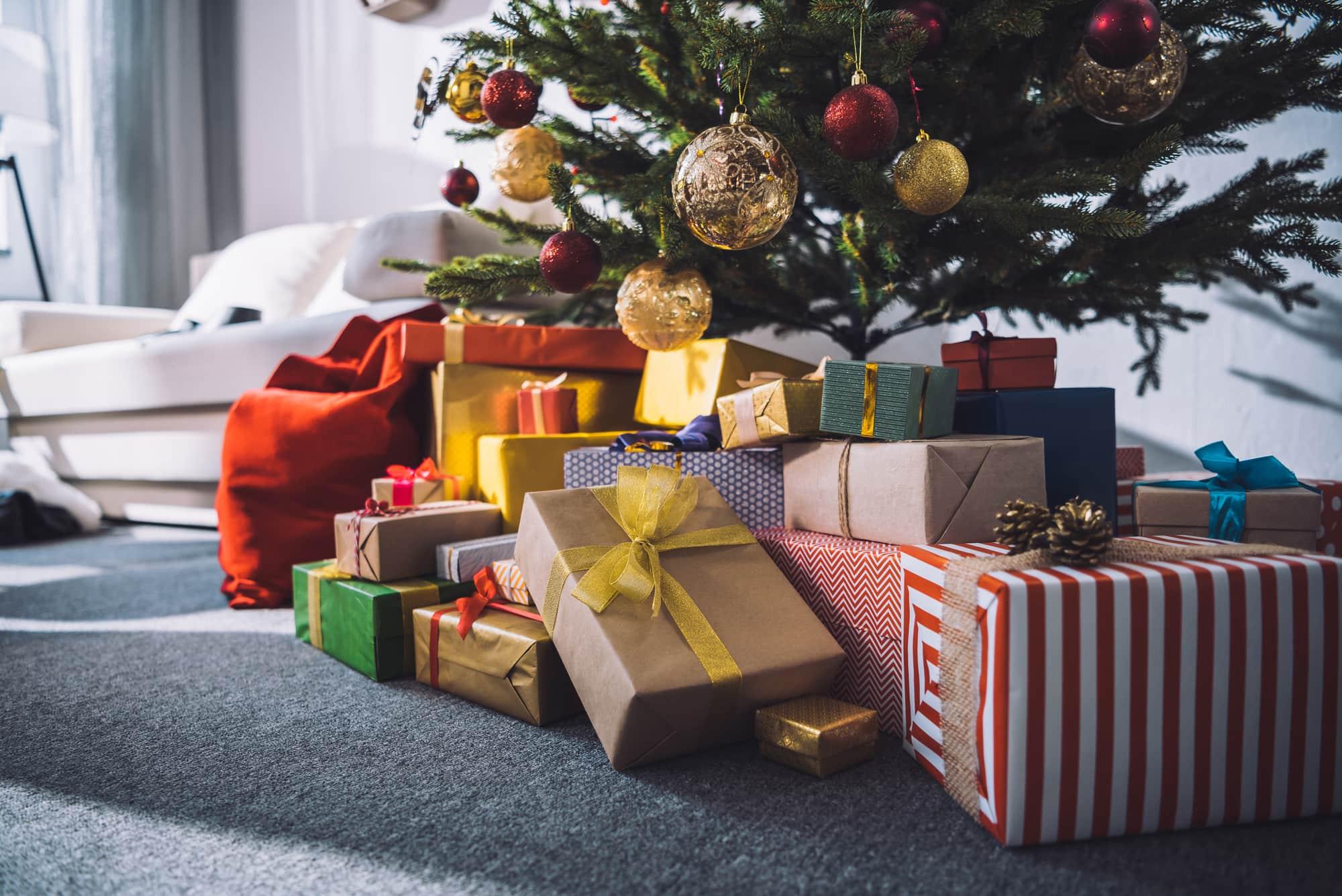 Картинка подарков под елкой